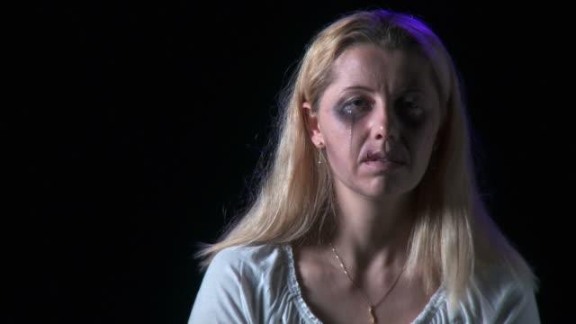 hd: opfer von gewalt in der familie - trauer stock-videos und b-roll-filmmaterial