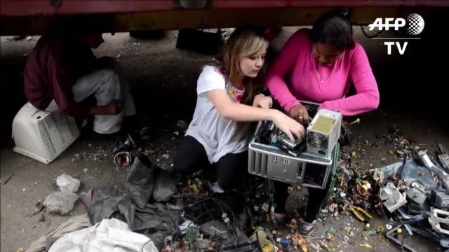 victima del conflicto en colombia adriana restrepo aun no cumplia los 19 anos y ya estaba embarazada cuando asesinaron a su companero pero lejos de... - planeta stock videos & royalty-free footage