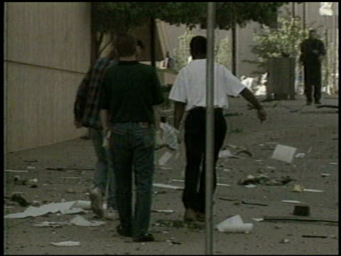 vidéos et rushes de / victims at the scene of the bombing attack / the alfred p murrah federal building in ruins / rescue workers on scene oklahoma city bombing on april... - terrorisme