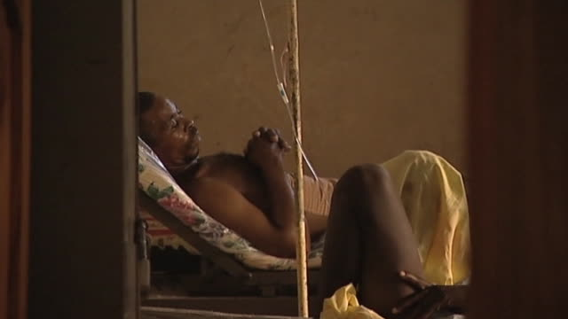 vídeos de stock e filmes b-roll de victims of earthquake in haiti lie in hospital beds - hispaniola