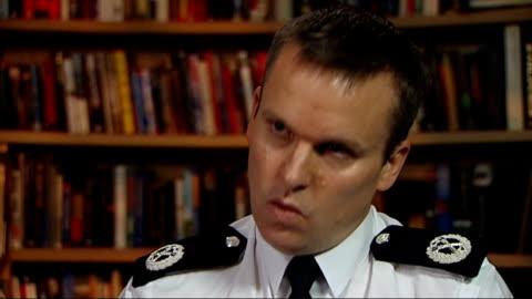 victims of rapist john warboys win right to sue metropolitan police; int commander graham mcnulty interview sot ext / night traffic along night... - 犠牲者点の映像素材/bロール