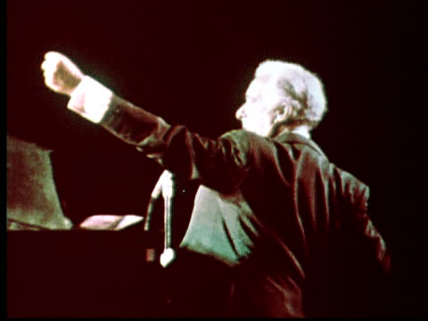victor borge at piano. audience watching / philadelphia, pennsylvania, usa - gemischte altersgruppe stock-videos und b-roll-filmmaterial