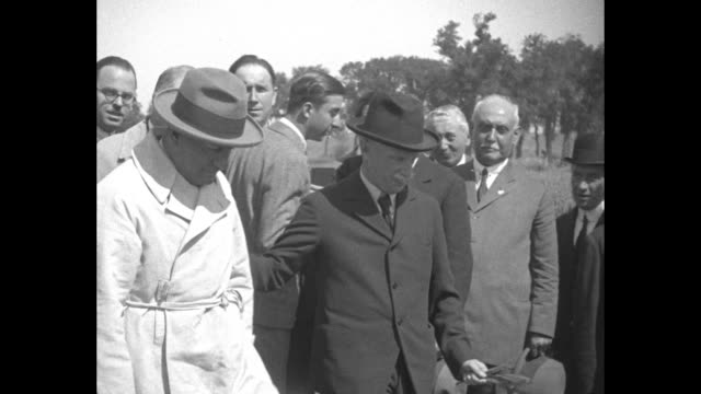 vídeos de stock, filmes e b-roll de victor emmanuel iii and benito mussolini meet and inspect crops on a royal model farm meant to show italians how food production can be increased the... - benito mussolini
