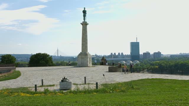 4 k: victor denkmal in belgrad, serbien - osteuropäische kultur stock-videos und b-roll-filmmaterial