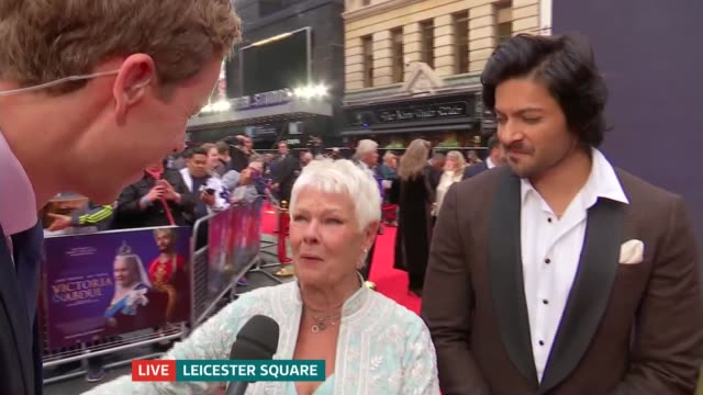 vidéos et rushes de 'victoria and abdul' film premiere england london leicester square ext dame judi dench live interview sot talks about film and sneezes live on air... - judi dench
