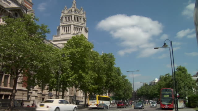 ws, victoria and albert museum and traffic on cromwell road, london, england - victoria and albert museum london stock videos & royalty-free footage