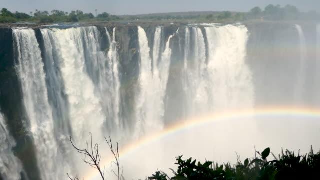 vidéos et rushes de chutes victoria, zimbabwe - cascade