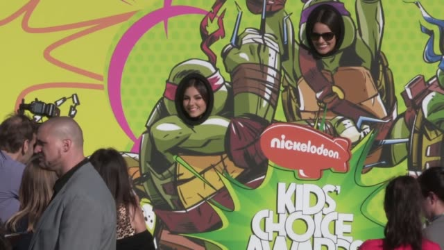 victoria justice and madison justice at 26th annual kids choice awards at celebrity sightings in los angeles victoria justice and madison justice at... - ヴィクトリア・ジャスティス点の映像素材/bロール