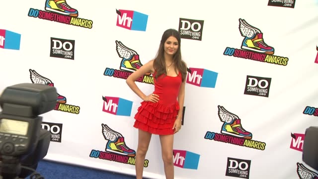 victoria justice at the 2011 vh1 do something awards at hollywood ca. - ヴィクトリア・ジャスティス点の映像素材/bロール