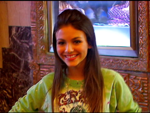 victoria justice at the los angeles opening of 'little women' at pantages theater in hollywood, california on august 2, 2006. - ヴィクトリア・ジャスティス点の映像素材/bロール