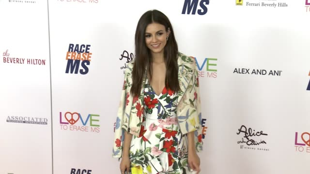 victoria justice at the race to erase 25th anniversary gala at the beverly hilton hotel on april 20, 2018 in beverly hills, california. - ヴィクトリア・ジャスティス点の映像素材/bロール