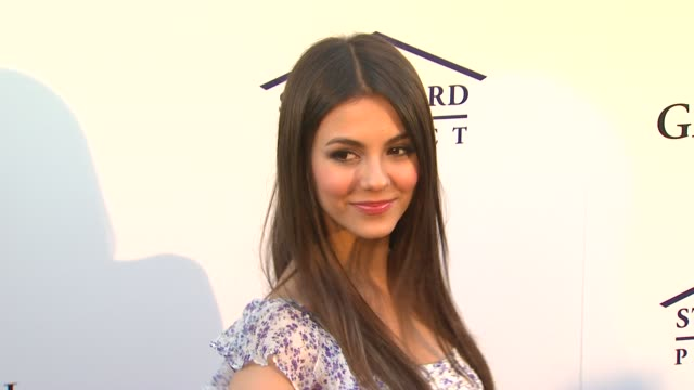 victoria justice at the southern style st bernard project event with ambassador britney spears at beverly hills ca. - ヴィクトリア・ジャスティス点の映像素材/bロール