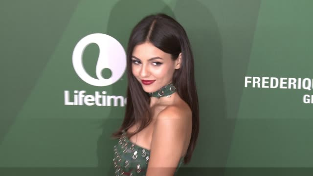 victoria justice at variety's power of women luncheon 2016 at regent beverly wilshire hotel on october 14, 2016 in beverly hills, california. - ヴィクトリア・ジャスティス点の映像素材/bロール