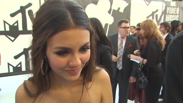 victoria justice on who she's wearing, what makes the vma's different from other award shows. - ヴィクトリア・ジャスティス点の映像素材/bロール