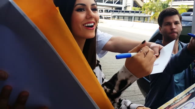 victoria justice signs autographs at los angeles international airport in celebrity sighting in los angeles, 1/08/2015 - 親筆簽名 個影片檔及 b 捲影像