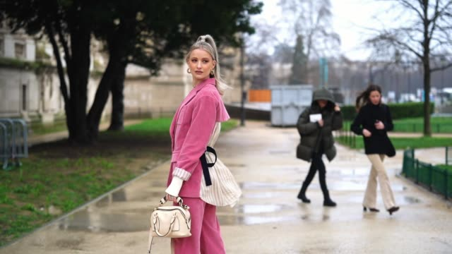 vídeos de stock, filmes e b-roll de victoria magrath inthefrow wears a necklace golden earrings a pink corduroy oversized jacket a white low neck top with long sleeves a white chloe bag... - rosa cor