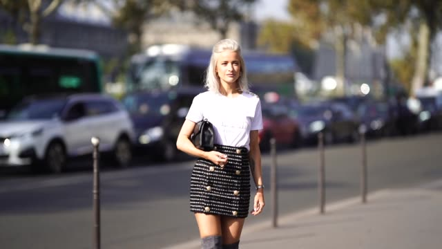 vídeos y material grabado en eventos de stock de victoria magrath wears a white balmain t-shirt, a skirt with buttons, a bag, outside balmain, during paris fashion week womenswear spring/summer... - camiseta