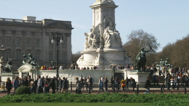 ws pan victoria memorial and buckingham palace, london, united kingdom - バッキンガム宮殿点の映像素材/bロール