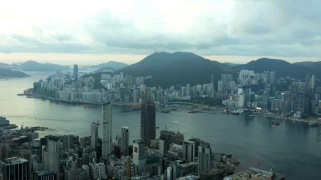 victoria peak and victoria harbor kowloon china asia - ビクトリアピーク点の映像素材/bロール