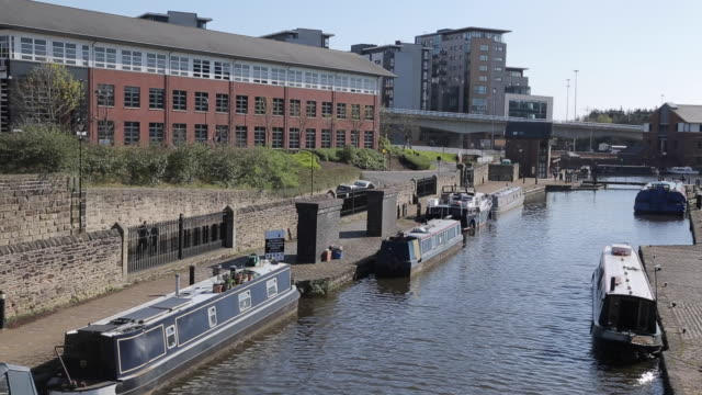 victoria quays in city centre, sheffield, south yorkshire, england, uk, europe - シェフィールド点の映像素材/bロール