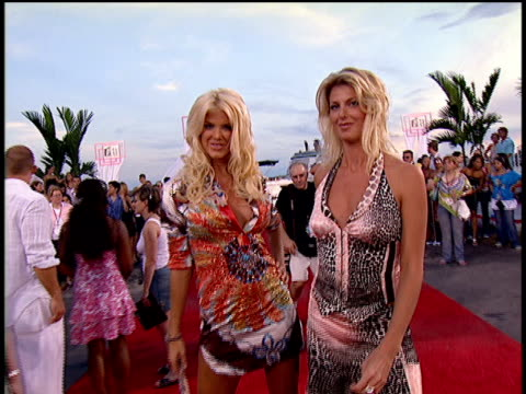 stockvideo's en b-roll-footage met victoria silvstedt arriving on the red carpet of the 2004 mtv video music awards. - 2004