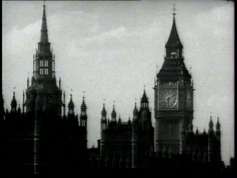 victoria tower houses of parliament across thames river ha ws opposite end palace of westminster clock tower int parliament w/ men at table seated... - 1934 bildbanksvideor och videomaterial från bakom kulisserna