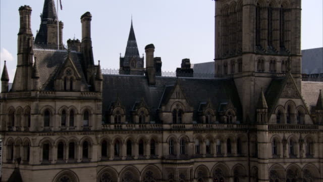 victorian architecture characterizes the manchester town hall in england. available in hd. - rathaus stock-videos und b-roll-filmmaterial