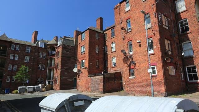 vídeos y material grabado en eventos de stock de victorian brick tenement blocks on barrow island barrow in furness cumbria uk - casa de ladrillo