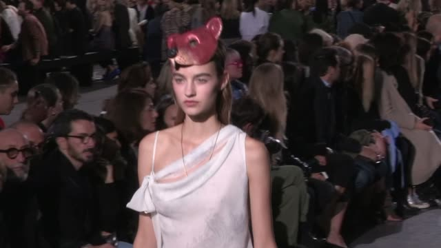 vídeos de stock, filmes e b-roll de victoria's secret angel taylor hill and her fellow models and the designer on the runway for the john galliano ready to wear fashion show spring... - victoria's secret angel