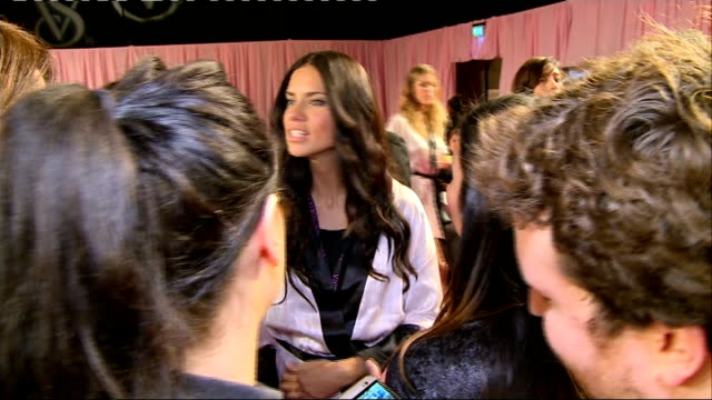 vídeos de stock, filmes e b-roll de victoria's secret fashion show backstage / red carpet adriana lima posing and speaking to press sot / adriana lima interview sot - adriana lima