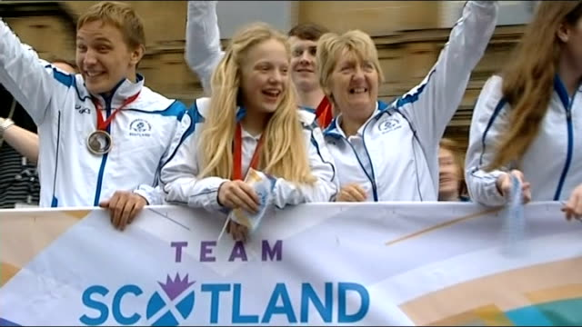 Victory parade for Scottish athletes SCOTLAND Glasgow EXT Various of Erraid Davies waving from top of opentop bus in Scottish athletes' Commonwealth...