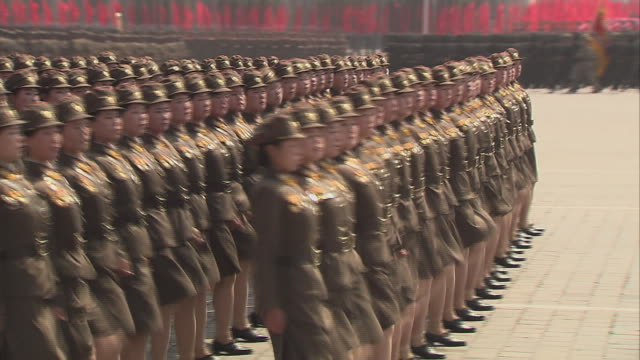 victory parade in kim ii-sung square in pyongyang, north korea with female soldiers goose stepping original tape - marschieren stock-videos und b-roll-filmmaterial