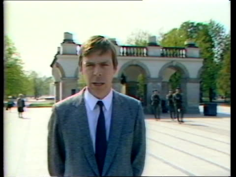 vidéos et rushes de victory remembered: part 1; warsaw same 18c terrace now used as shrine to unknown soldier ian glover james i/c sof warsaw street r-l to plaque in... - varsovie