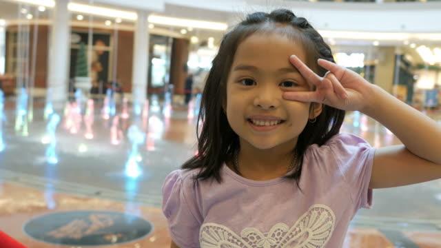Victory-Zeichen durch kleine Asiatin