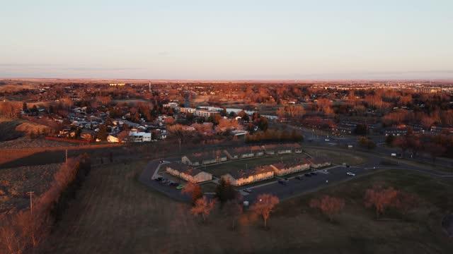 4kビデオ - カナダのアルバータ州の街に美しい夕日。 - アルバータ州点の映像素材/bロール