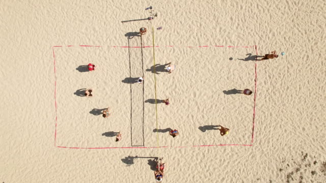 4k video aerial view beach-volleyball - volleyballnetz stock-videos und b-roll-filmmaterial