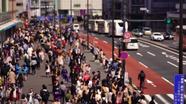 4kビデオ:新宿で混雑した観光歩行者の航空写真。 - blurred motion点の映像素材/bロール