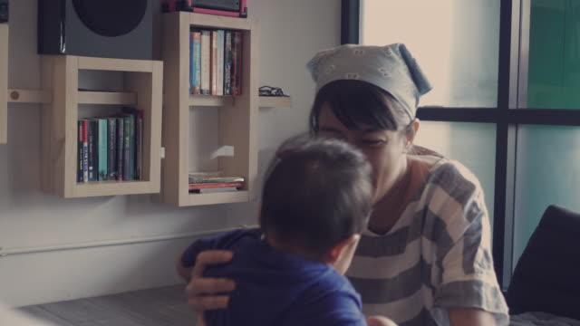 4 k ビデオ - アジア歩いて学習赤ちゃん連れ - 民間人点の映像素材/bロール