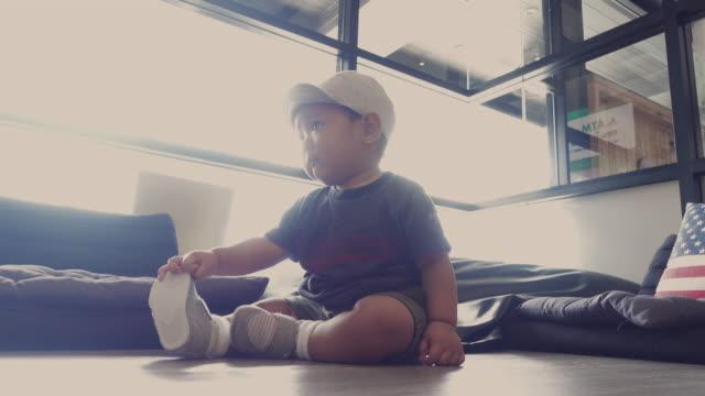 vídeos y material grabado en eventos de stock de 4 k video: baby boy (6-11 meses) sentado y gateando - 6 11 meses