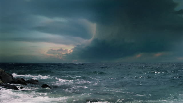 sfondo video. supercell temporale, mare tempesta con fulmini lampeggia più. - grandangolo tecnica fotografica video stock e b–roll