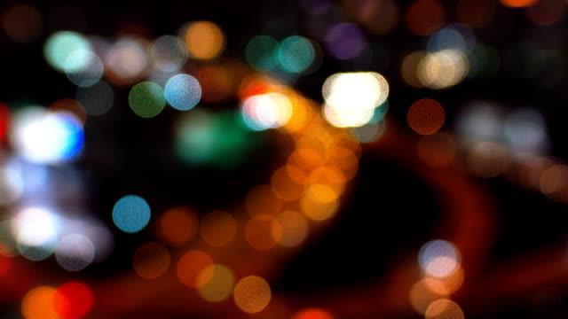 Video Bokeh Stadtverkehr in der Nacht.
