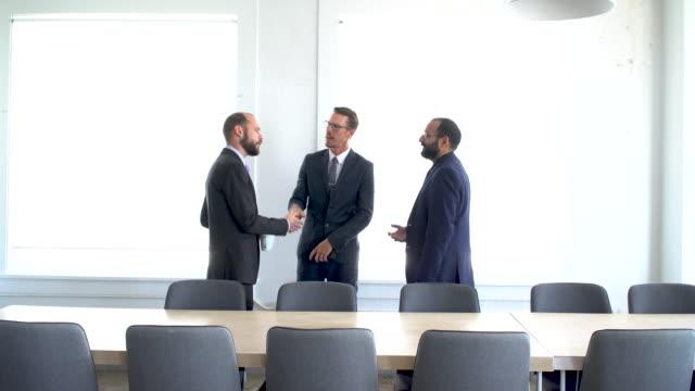 vidéos et rushes de 4k vidéo - business - hommes d'affaires parlent dans la salle de conférence - président