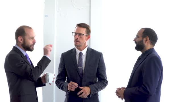 4 k ビデオ - ビジネス - ビジネスマンの会議室の話します。 - マグカップ点の映像素材/bロール