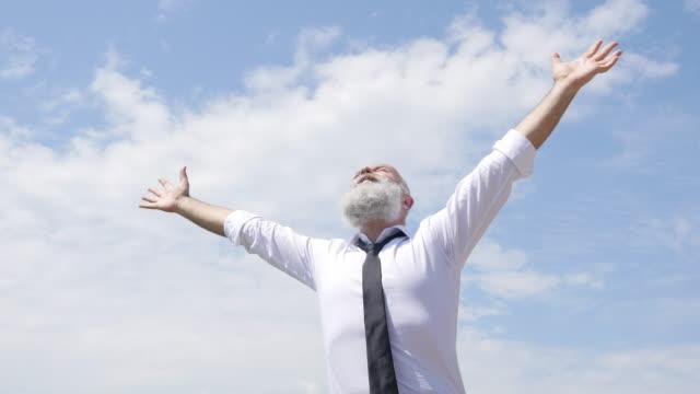 4k video - business. glad affärsman tittar upp på himlen - höjd hand bildbanksvideor och videomaterial från bakom kulisserna