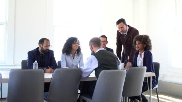vidéos et rushes de vidéo 4k - business - menant à la réunion - président