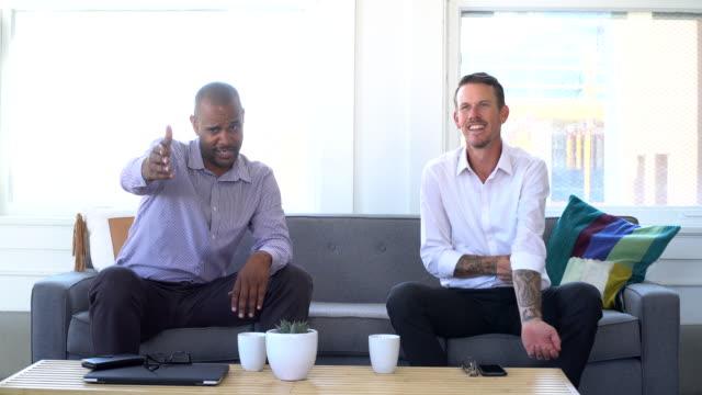 4K Video - Business - zwei Männer im Gespräch auf der Couch