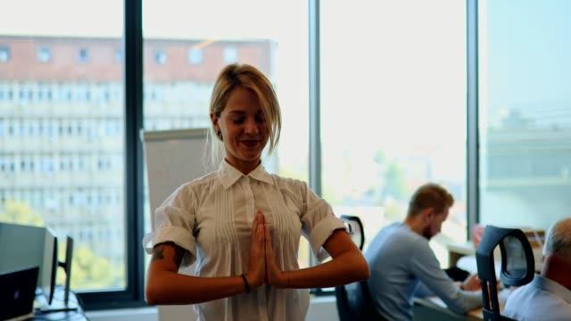 4 k video - business-yoga - flexibilität stock-videos und b-roll-filmmaterial