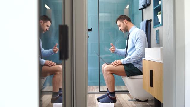 4k video affärsman i underbyxor som arbetar hemma och med en telefonkonferens samtal från sitt badrum under isolering - underkläder bildbanksvideor och videomaterial från bakom kulisserna