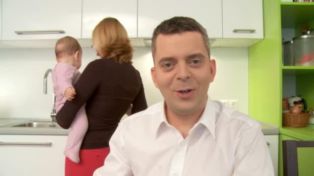 vídeos de stock e filmes b-roll de hd: videochamada em casa - webcam