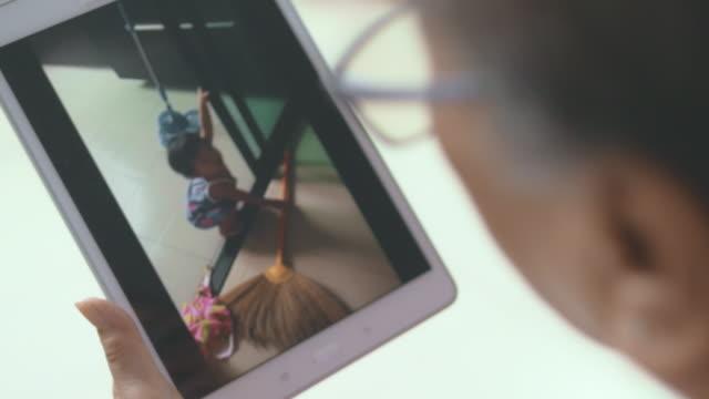 vídeos de stock, filmes e b-roll de chamada de vídeo : trabalho doméstico é divertido - messy